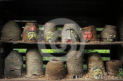 ruches-antiques-avec-les-masques-tribals-76553714